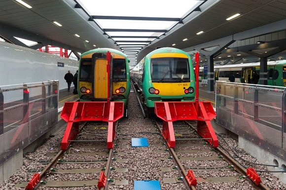 59321810 - london, england - october 21: trains at a platform on london bridge station. in terms of passenger arrivals and departures it is the fourth-busiest station in london as well as the united kingdom as a whole, handling over 54 million customers a year.